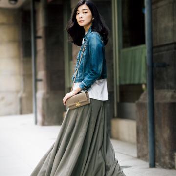 5. フルレングスのボリュームスカートはカジュアルに着るのがいい