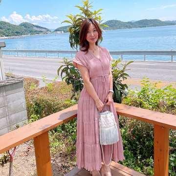 くすみピンクのプリーツティアードワンピースで海沿いのカフェへ(^^♪