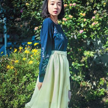 ランダムに揺れる裾が女性らしいヘムラインスカート