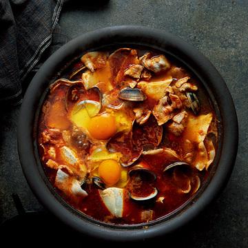 すっきりした辛みが美味!キムチを使わないチゲ鍋のレシピ【坂田阿希子さんの「満足鍋」】