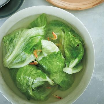 初夏の旬食材で作る「レタスの丸ごとスープ煮」【ウー・ウェンさんのからだ想いの家中華】
