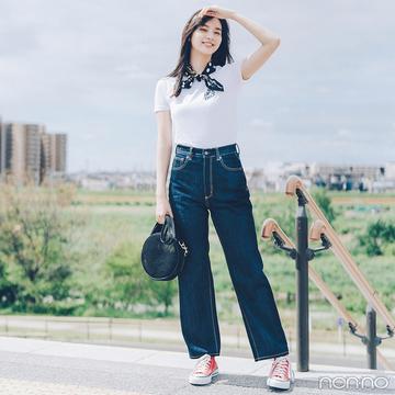 新川優愛は白Tシャツ&デニムを旬小物でフレンチカジュアル風【毎日コーデ】