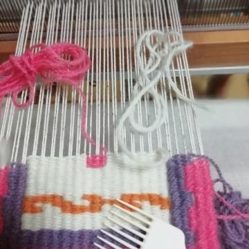 手織りでキリム制作に挑戦中