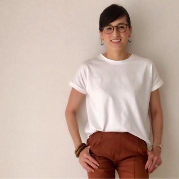定番白Tシャツ、今年はゆったりめで。