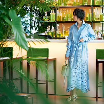 清涼感のある「ヴァレンティノ」のシャツドレスでくつろぎのひと時を【富岡佳子、サマードレスで過ごすホテルの休日】