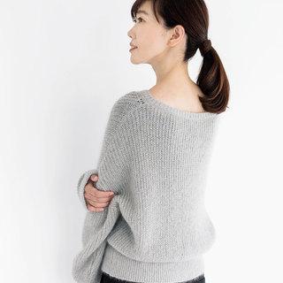 深い襟ぐりや透けが気になるニットの時、インナーは何を着ればいい?