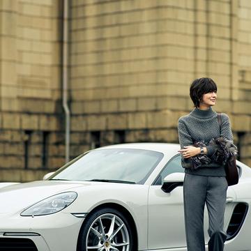 手もとのファーで女性らしさアップ!スポーツカーに似合うニット【富岡佳子「車に乗る日のおしゃれ」】
