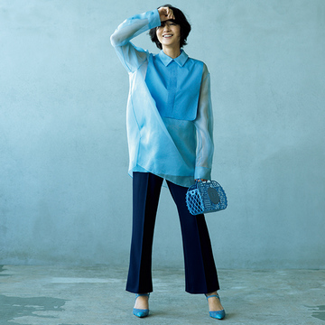 """富岡佳子がまとう""""透明感のあるブルー""""のワントーンコーデは異素材合わせで洗練度アップ!"""