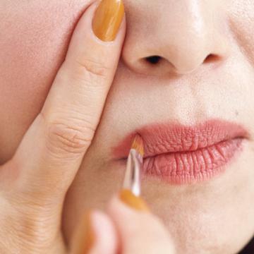 <リップ編>キュッと上がった口角に見せる「形」の錯覚メイクテク【イガリシノブの「錯覚メイク」】
