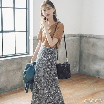 西野七瀬はブラウンTシャツ&モノトーンスカートで涼しいままに秋めき!【毎日コーデ】