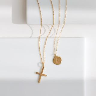 ただいま流行中! 胸元の抜け感を作るミディアム丈のネックレス