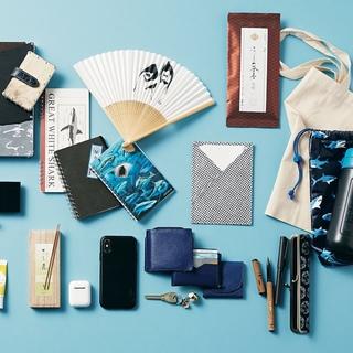気鋭の書家アーティストのバッグは、ブルーで統一された物語のあるアイテムが美しい!【働く女のバッグの中身】