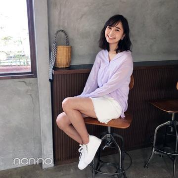 鈴木友菜はきれいめ透け感シャツで、ミニスカコーデをアップデート【毎日コーデ】