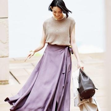 ボリュームスカートも薄く艶のある素材なら軽やかに女らしく【夏は「薄艶ボトム」さえあればいい!】
