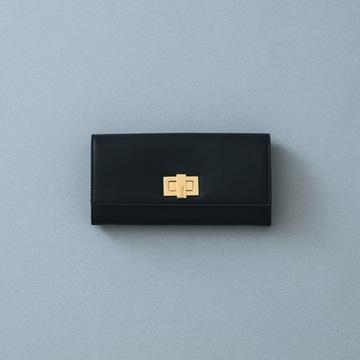 2. 定番の黒レザーを無難に見せないゴールドの輝きが放つモード感