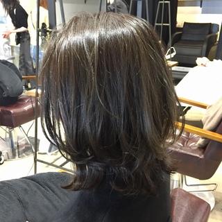 美人度アップ!くびれシルエットのミディアムヘア【momoko_fashion】