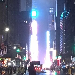 何時間もタイムズスクエアの前で待つ気力はありません〜でも、せっかくNYにいるのだから、カウントダウンちょっと前に近所をお散歩をしてみました。(写真の光の中にカウントダウンの人々がいます。)