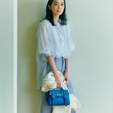 マルベリーの鮮やかブルーで白シャツスタイルをモダンに【春ファッションが見違える主役バッグ】