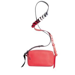 明るい赤が着こなしを新鮮に見せる、アニヤ・ハインドマーチのショルダーバッグ