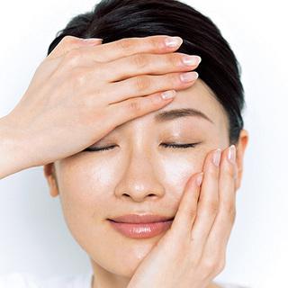 3.手でオイルを温めてから肌を包み込 み、肌温を上げる感覚で浸透させる