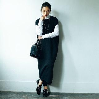 細身で女らしく、キレイめに進化したモノトーンの「 ローファー」 で着こなしをアップデート
