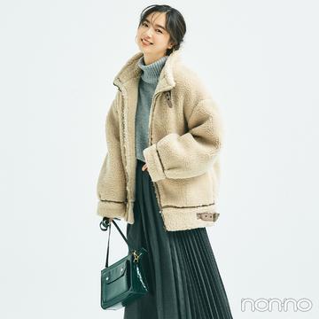 新川優愛はもこもこアウターをプリーツスカートですっきり見せ!【毎日コーデ】