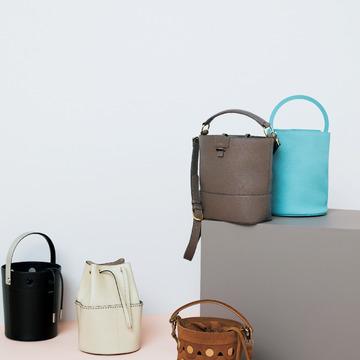 2. 一見かわいいバケツ型バッグは、素材とディテールで大人仕様に