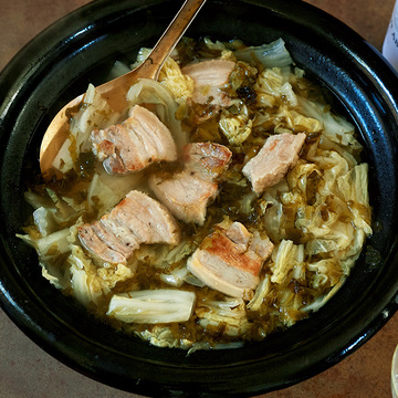 コクとうま味のハーモニー!高菜漬け×豚肉の鍋レシピ【平野由希子さんの肉の煮込み鍋】