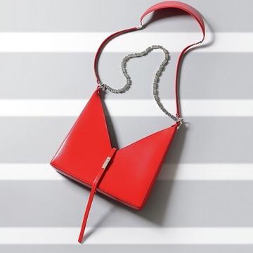 【コーデが引き立つバッグ2選】ジバンシィの「攻め」バッグ&ミュウミュウのオールシーズンバッグ