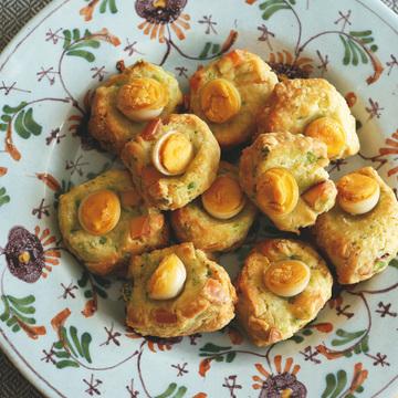 4.グリーンピース、ウズラの卵、スモークチーズのスコーン