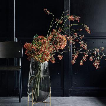 部屋の雰囲気を洗練させる。透明感ある美しい「ガラス花器」【存在感のある花器】