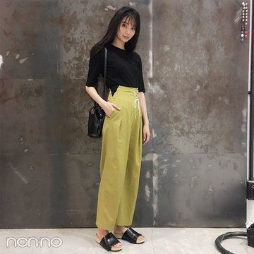 新川優愛の夏コーデ♡ FURFURのマスタード色パンツがさし色!【モデルの私服スナップ】
