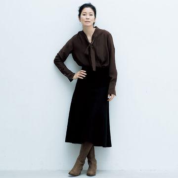 ロングダウンに合わせたいニット素材のミディ丈スカート