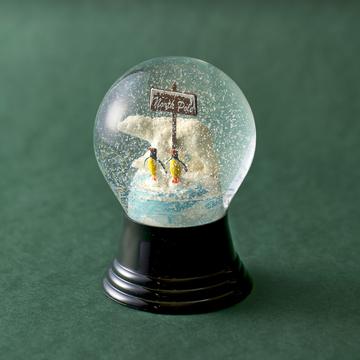 「パージー スノードーム 北極グマ&ペンギン80W」(3888円)は、職人が一つひとつ手作りしたどこか懐かしく、温かみのある1品
