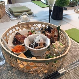 籠を使った涼しげなテーブルコーディネートと夏の和食