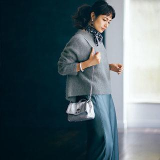 ツヤ素材のナロースカート【「きれいめ」好きのアラフォーがこの秋買うべき最旬アイテム】