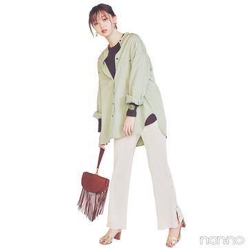 フレアラインの淡いグリーンシャツで今っぽレイヤードコーデ【毎日コーデ】