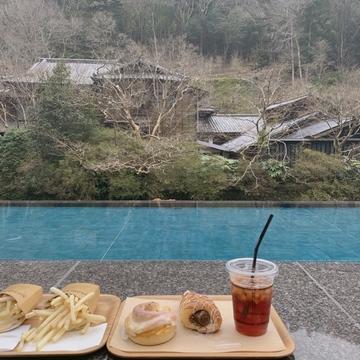 【 伊豆 】足湯に入りながら、パンが食べられる !