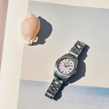 【グランドセイコーの夏時計】淡いピンクのダイヤルが夏の手もとに映える