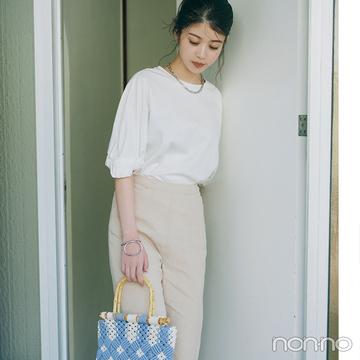 馬場ふみかは定番の白系ワントーンにバッグで可愛いアクセント【大学生の毎日コーデ】