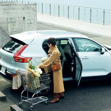 買い物ドライブは「バッグ2個持ち」でスタイルアップ!【富岡佳子「車に乗る日のおしゃれ」】