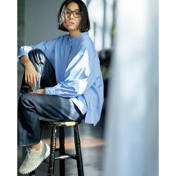 さわやかなサックスをエクラが別注!「SINME」の袖ボリュームシャツ