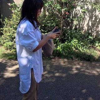 爽やかな秋晴れの日に、白シャツが気持ちいい♩美女とのブランチコーデ。