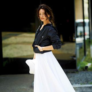 地味にならない!女らしさを叶える「白&黒」スカートコーデの作り方