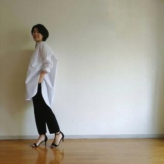 """白のボリュームシャツで作る""""ふわピタ""""シルエット"""