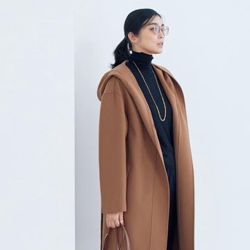 【濃いベージュコーデ】定番色の黒をベースに、濃ベージュコートを着こなす