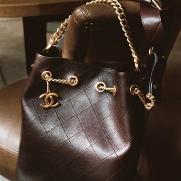 2. CHANEL どんな服にもなじむ深ブラウン。 格上げ力と洗練度アップに効く私たちのタイムレスバッグ