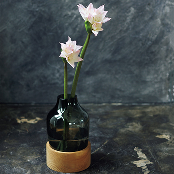 凛としたたたずまいの「個性派の花器」でおうちを素敵空間に【存在感のある花器】