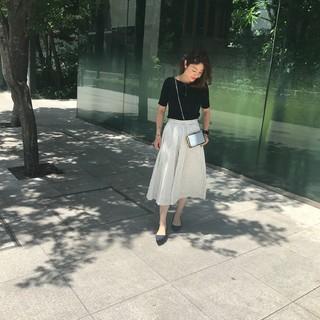 ミディ丈ふんわりスカート×鎖骨見せトップスで夏の着やせスタイル