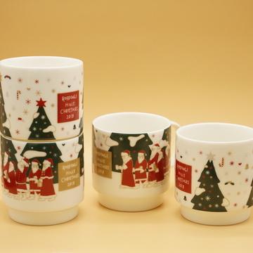 2種類の絵柄を重ねると1つの絵柄が完成する、オリジナルのマグカップ各950円も注目